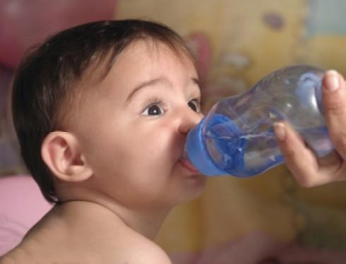 1325714351893voda 490x374 Da li je bebi potrebna voda?