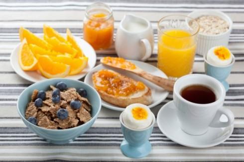 """ThinkstockPhotos 160945403 490x326 Šta doručkuju stanovnici """"najzdravijih"""" država na svetu?"""