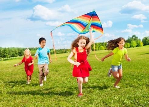 deca trce po livadi manja478278243 490x352 5 razloga zašto devojčice treba da se bave sportom
