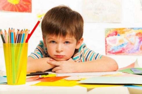 decak sa olovkama manja 478706609 490x326 Zbog čega su ukrštenice korisne za mališane