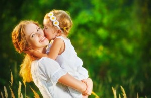 mama i devojcica manja 481982492 300x194 Naslovna
