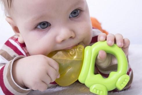 nicanje zubica manja 505711608 490x326 10 trikova za ublažavanje bolova pri nicanju zuba