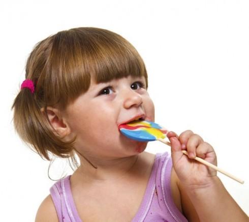 devojcica sa lizalicom manja 462983929 490x437 8 neobičnih činjenica o levorukoj deci