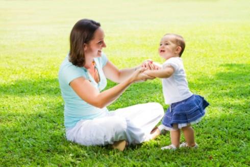prvi koraci ThinkstockPhotos 104289703 490x327 Razvoj bebe: faze pre prvog koraka