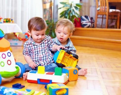 malisani se igraju manja 178055666 490x384 Da li je vaše dete – sebično?