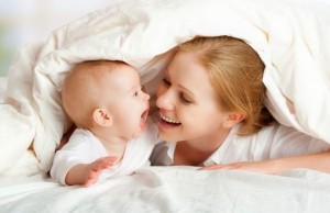 mama i beba ispod pokrivaca manja 185871405 300x194 Naslovna